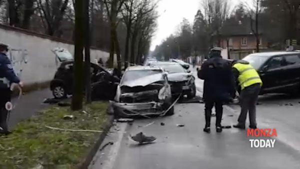 Le auto devastate (Frame da video Corriere)