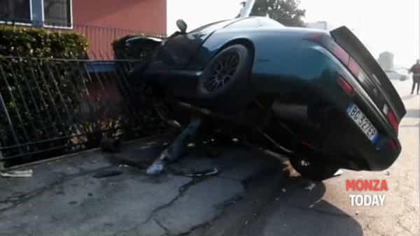 Violento schianto a Monza: perde il controllo dell'auto e si schianta contro un palo