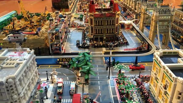 """La città più grande del mondo fatta di Lego, la mostra """"City Booming"""" a Monza"""