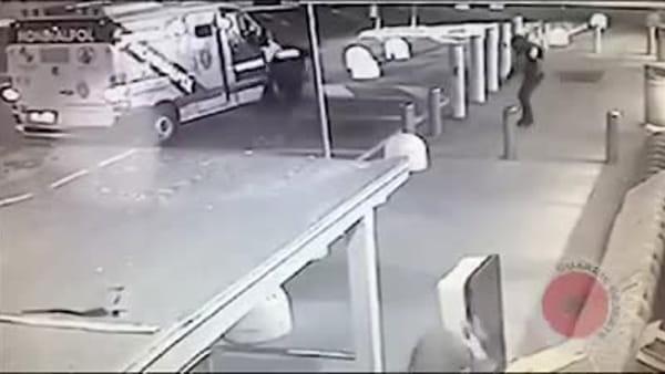Commando armato assalta e rapina portavalori: le immagini del blitz al market