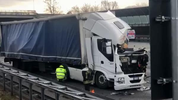 Incidente sull'A4, le immagini dello schianto tra tre tir che hanno bloccato l'autostrada