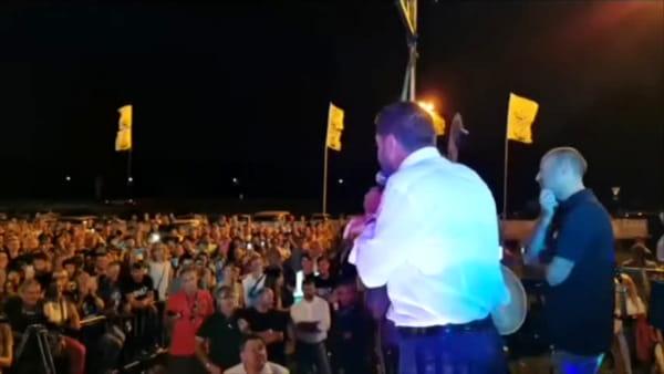 """Salvini ad Arcore parla alla festa della Lega: """"Fottutissima zingara, ti radiamo al suolo la casa"""""""
