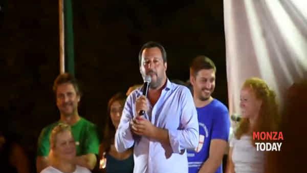"""Passa l'ambulanza e Salvini blocca il comizio: """"C'è l'ennesimo rosicone di sinistra"""""""