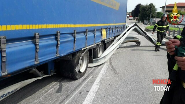 Truck loses control and breaks through the guard rail, rescued from Giussano thumbnail