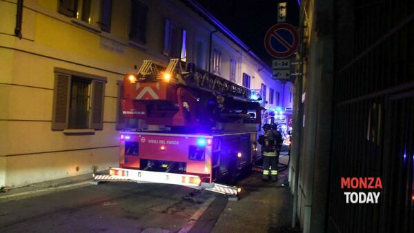 Incendio in via Ghilini (Foto Bennati/MonzaToday)