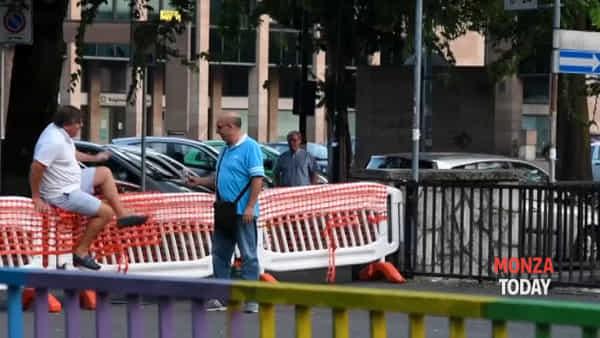 Ferri marci e cemento sgretolato, ma molti attraversano il ponte chiuso a Monza