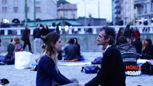 Eye contact experiment: 1 minuto per guardarsi negli occhi in piazza