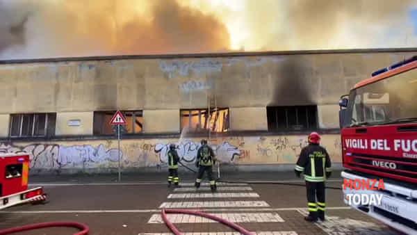 Incendio in un capannone in via Pellico: evacuata la scuola media Bellani