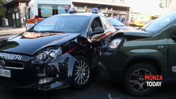 Incidente a Monza, schianto tra una gazzella dei carabinieri e una Panda: il video