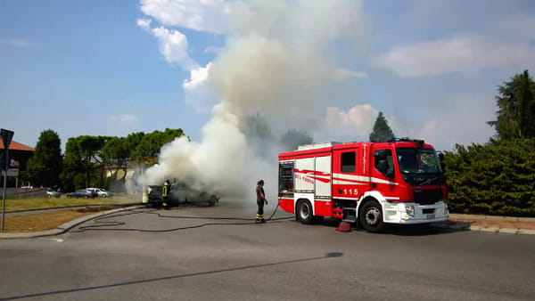 Si incendia un furgone-baracchino alimentare: alta colonna di fumo