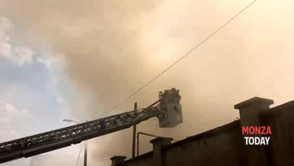 Incendio a Cesano Maderno: altissima colonna di fumo scuro