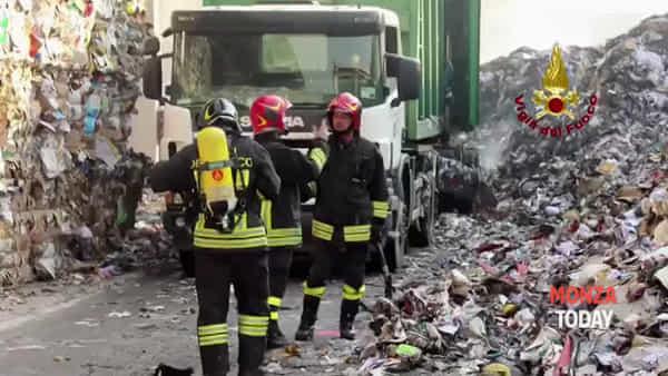 Incendio alla Ri.Eco di Novate: le fiamme viste dall'elicottero
