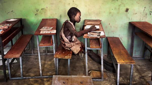 Le foto di Steve McCurry all'Arengario: ecco la mostra 'Leggere'