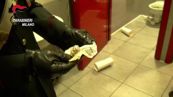 Controlli dei carabinieri a scuola, gli studenti lanciano la droga dalle finestre: stupefacente sequestrato in due istituti