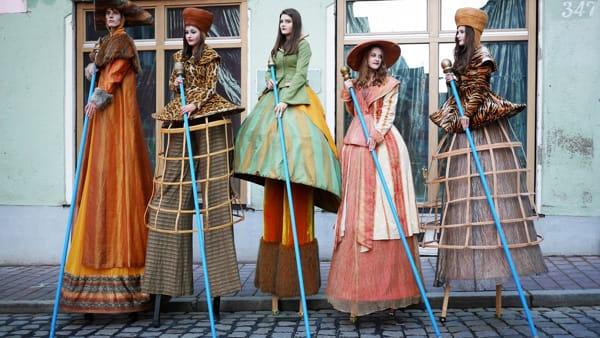 Una grande dama alta 4 metri arriva in piazza a Monza per il Carnevale: ecco Madame Operà