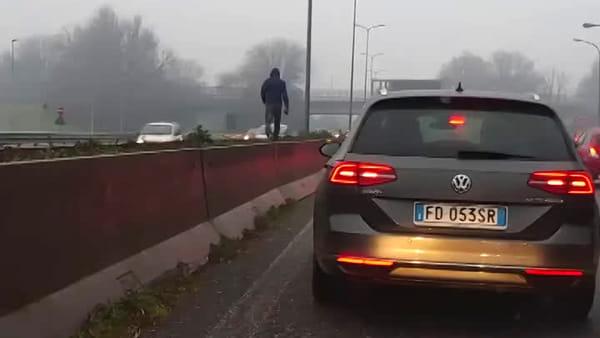 Sale sullo spartitraffico e attraversa a piedi la Milano-Meda tra le auto in corsa