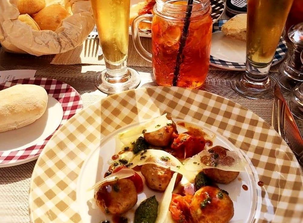 Vino e piatti in piazza (Facebook/Il Granaio Caffè e Cucina)