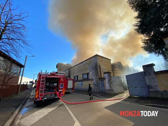 Incendio a Monza in via Pellico (Foto B&V Photographers) (1)