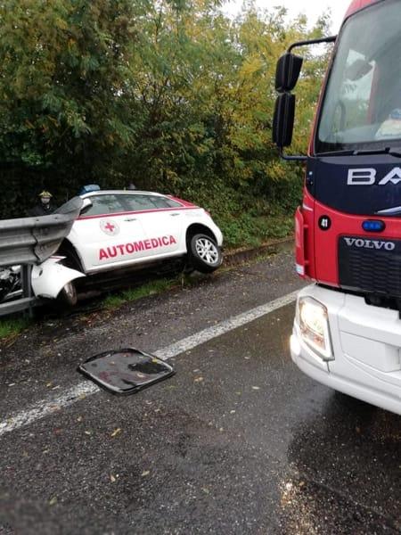 Incidente Statale, auto medica fuori strada 2